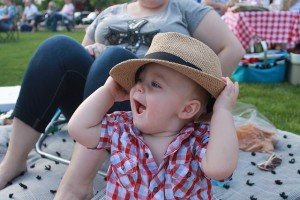 赤ちゃんに日焼け止めが必要な理由 : 帽子をかぶせる