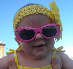 赤ちゃんに日焼け止めが必要な理由 : サングラスで目も保護