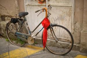 東京都では自転車に乗る時の傘差しはNG 違反するとどうなる?