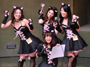 猫の仮装をする女性