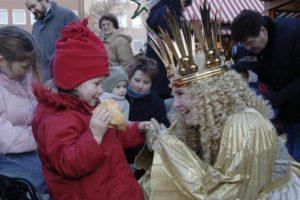 クリストキントがクリスマスマーケットの始まりを告げる
