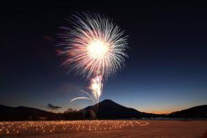 河口湖冬花火2017!!1月の富士山は闇の中から浮き上がる!